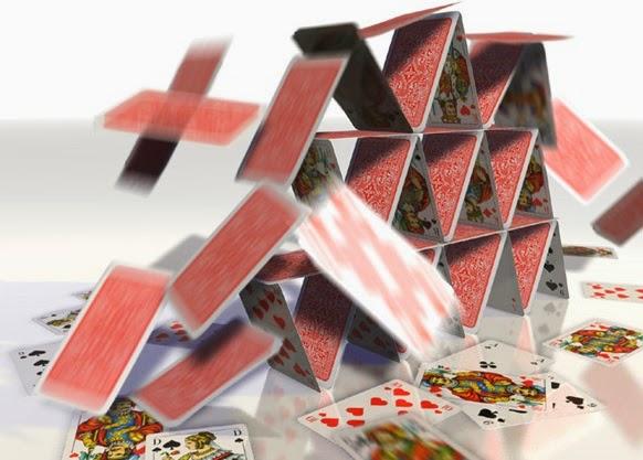 Castelo de cartas e dominós