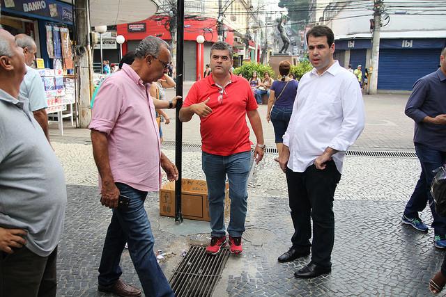 Aureo caminha pelas ruas do centro de Duque de Caxias