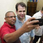 Deputado Aureo tira selfie com eleitor