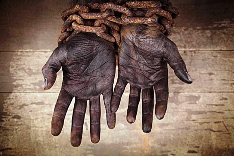 Mãos algemadas simbolizando o trabalho escravo