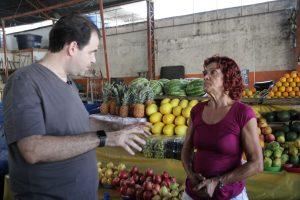 Deputado Aureo conversa com produtora familiar