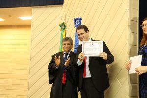 Aureo recebendo diploma de membros do TRE