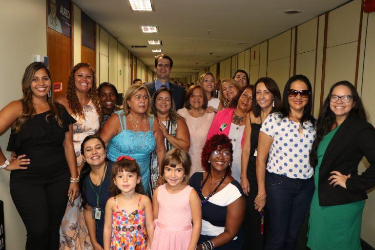 Aureo Ribeiro e todas as mulheres fazem parte da sua equipe de trabalho.