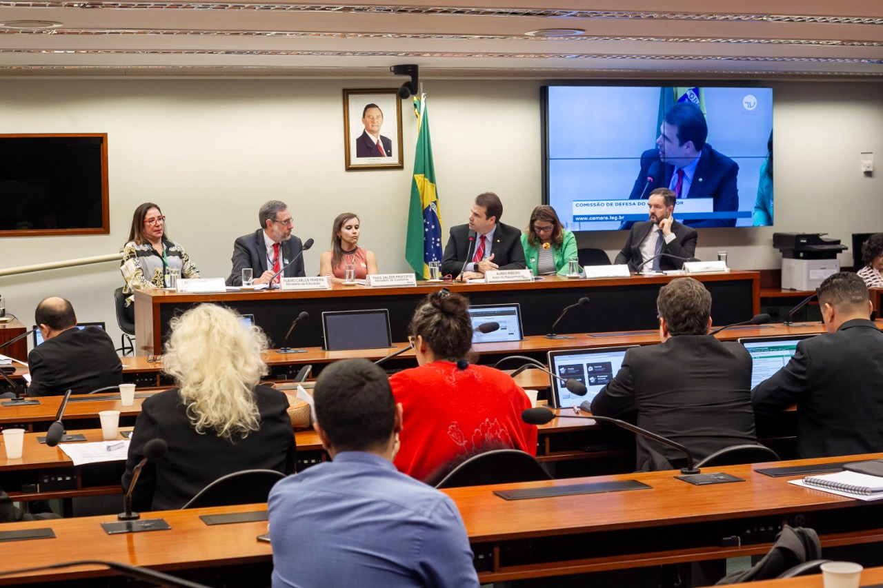 O deputado federal Aureo Ribeiro convoca audiência pública para falar sobre problemas com o FIES