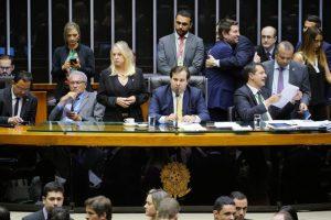 Presidente Rodrigo Maia (DEM/RJ) e deputados durante análise dos destaques da MP 881/2019. (Foto: Pablo Valadares/Câmara dos Deputados)